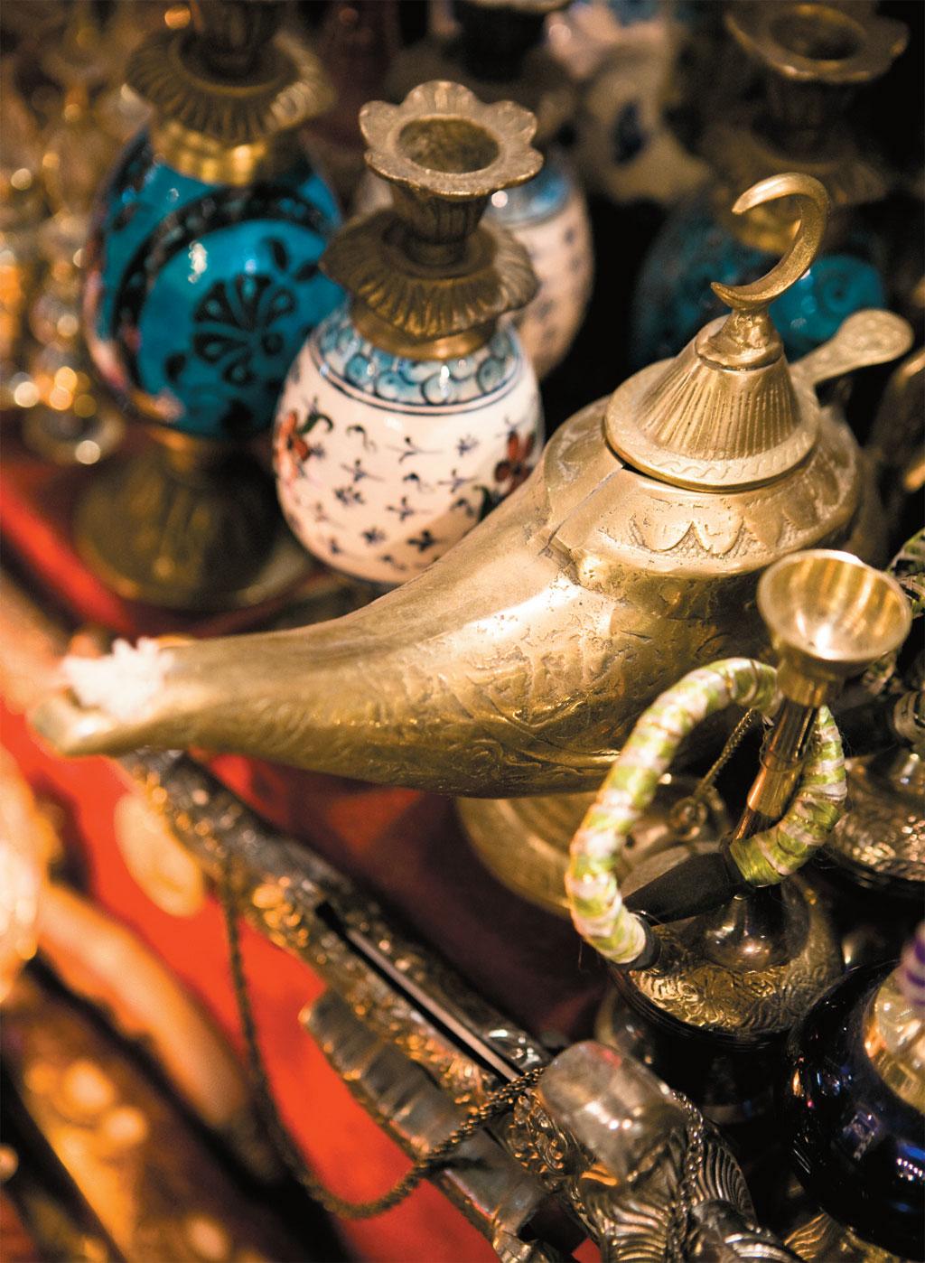 Bules e narguilés à venda no Grande Bazar, em Istambul, na Turquia