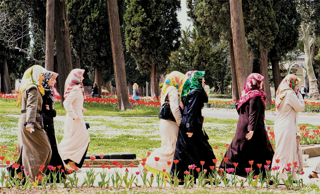 Muçulmanas nos jardins do Palácio Topkapi, em Istambul