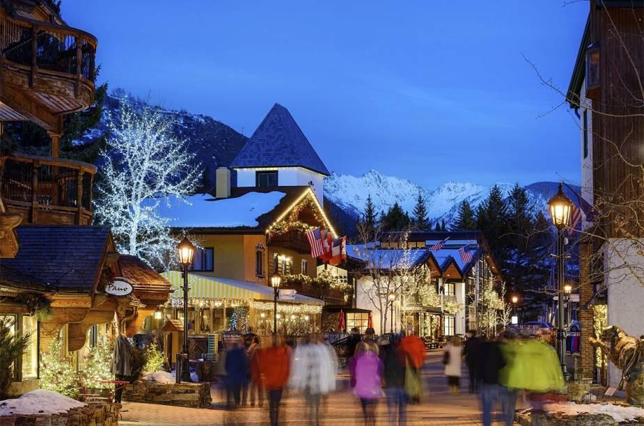 Rua da tranquila Vail, que no inverno do Hemisfério Norte reúne amantes de esqui e outros esportes na neve