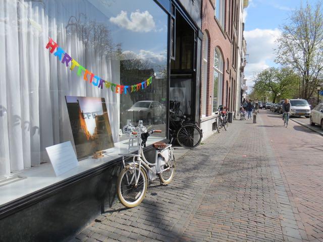 Bici estacionada sem cadeado. Ah, se o mundo fosse uma grande Holanda!