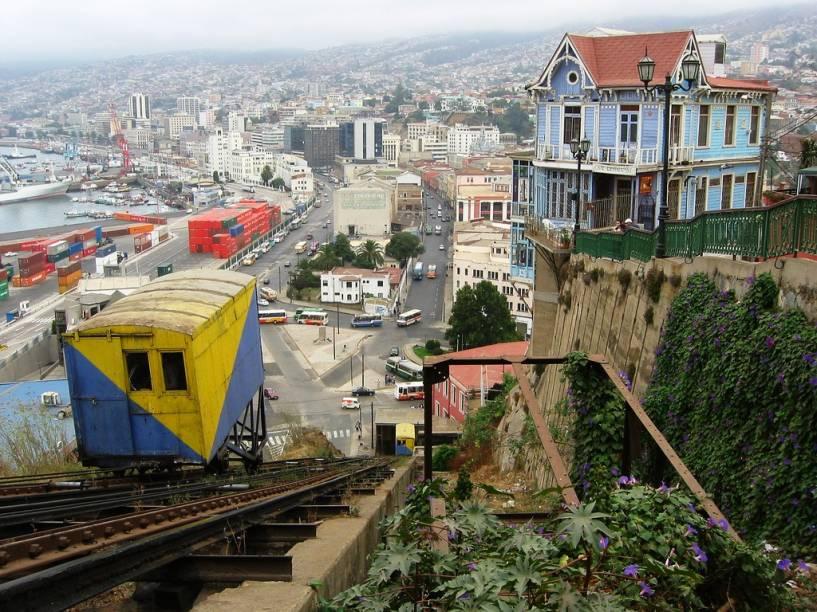 Os elevadores coloridos são parte fundamental da paisagem de Valparaíso, que deslizam sobre montanhas íngremes e oferecem uma bela visão local