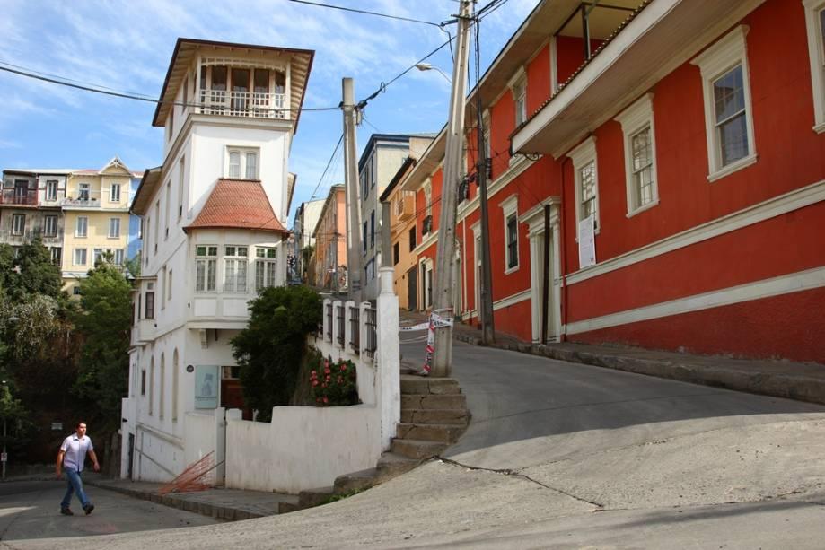 Valparaíso caracteriza-se por seu constante sobe e desce. Explorá-la exige pernas e fôlego, mas a visão que se tem da cidade compensa todo o esforço