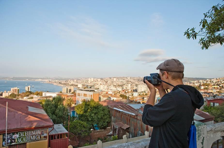 Turistas aproveitam a vista do Paseo 21 de mayo para fotografar a cidade de Valparaíso do alto - na ruazinha, existem várias bancas que vendem artesanato para turistas