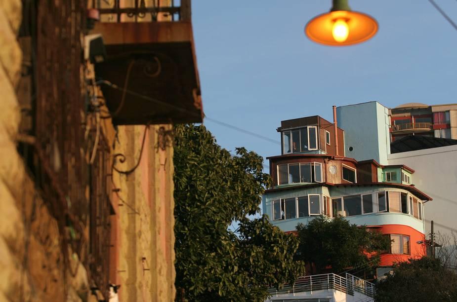 Vista da casa La Sebastiana, que pertenceu a Pablo Neruda. Hoje o local, que preserva a decoração original, é um museu dedicado ao poeta