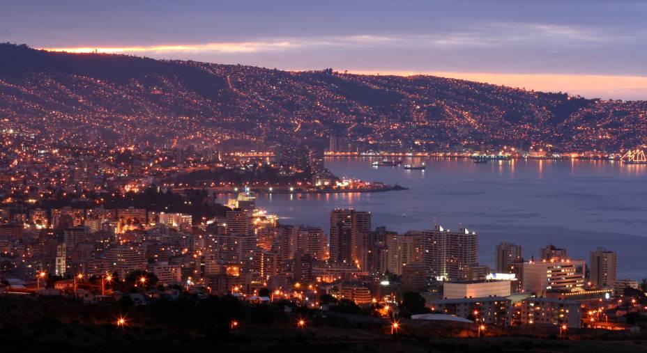 Valparaíso, juntamente com a Viña del Mar, são as cidades portuárias mais importantes do Chile, onde os turistas buscamfaixas de areia badaladas para lagartear sob o sol