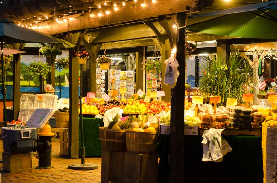 O Quincy Market tem várias vendinhas e barracas e é um lugar muito frequentado para compras durante a noite