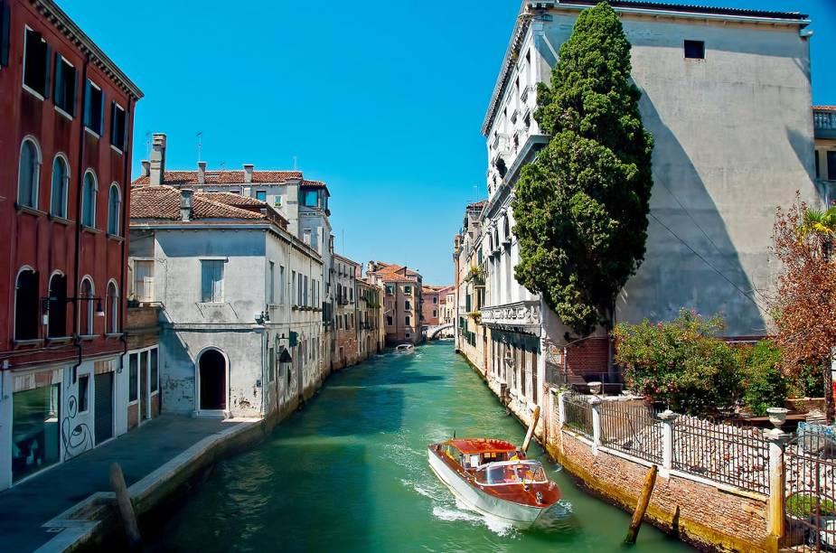 Charmosa, Veneza é destino de lua-de-mel de casais apaixonados que desejam passear de gôndola ao pôr-do-sol