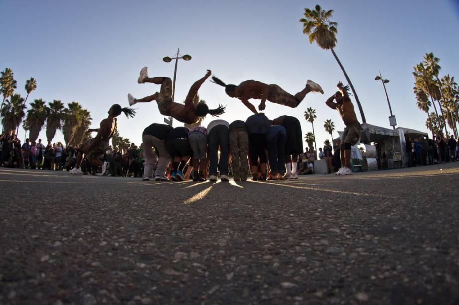 Venice Beach está sempre repleta de patinadores, skatistas, artistas de ruas, performers ou gente que simplesmente está lá para se divertir