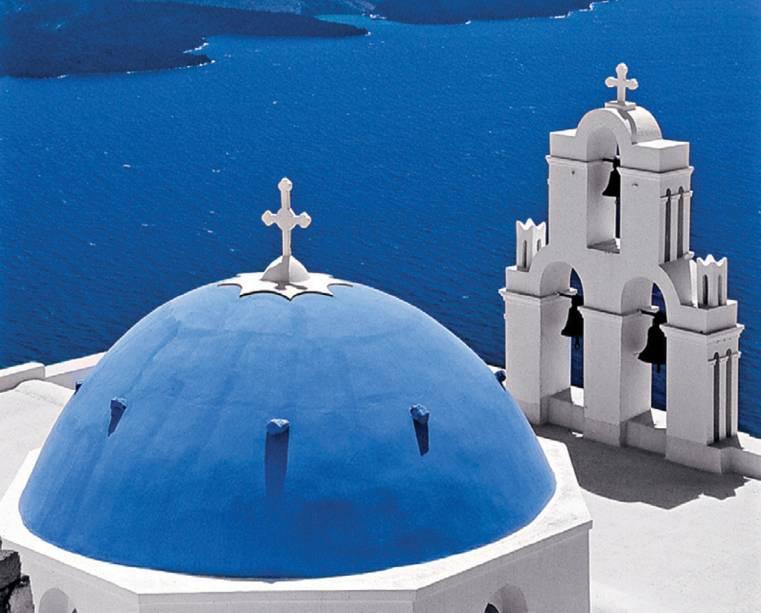 As igrejas da ilha são identificadas pelas cúpulas azuladas; em Santorini, é fácil se perder entre elas