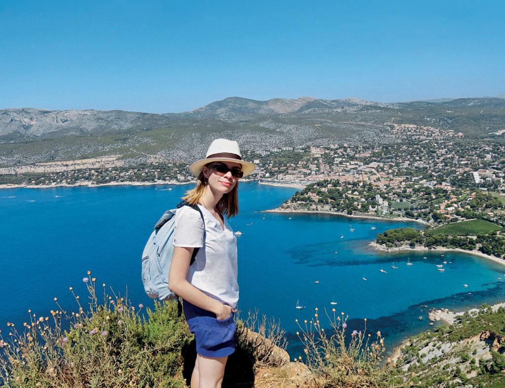 Mulher explora os segredos da Cidade de Cassis, França