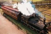 A locomotiva de 1867 bota fogo nas caldeiras no Museu Ferroviário do Funicular