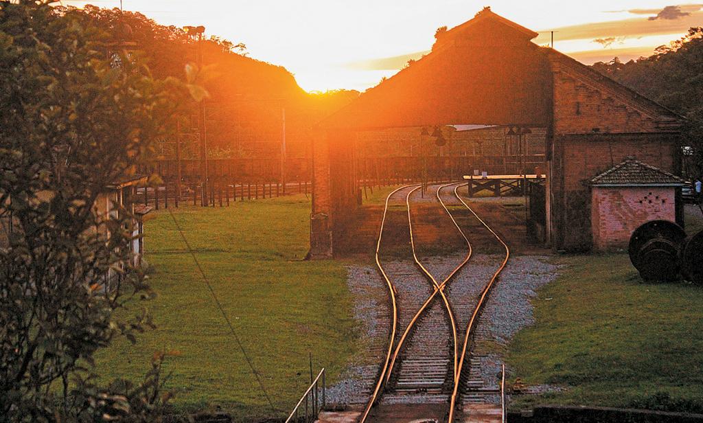 Pôr do sol em Paranapiacaba, onde tudo é serra e ferrovia