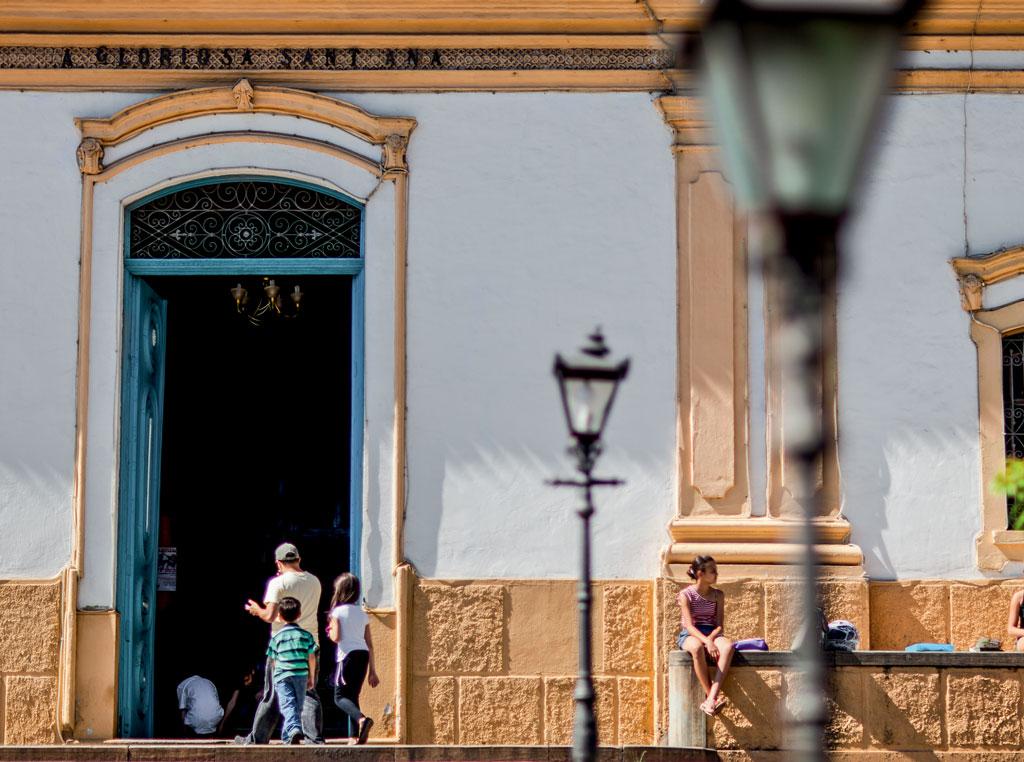 Santana de Parnaíba: a Igreja Matriz de Sant'Ana, erguida em 1580 em estilo eclético, recebe público eclético
