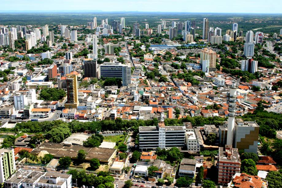 Em Cuiabá (MT) é possível fazer um passeio de helicóptero, sobrevoar a Chapada dos Guimarães e parte do Pantanal
