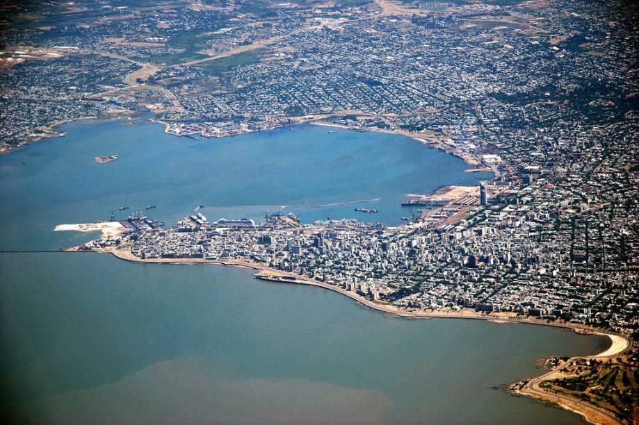 Vista aérea de Montevidéu, às margens do rio da Prata