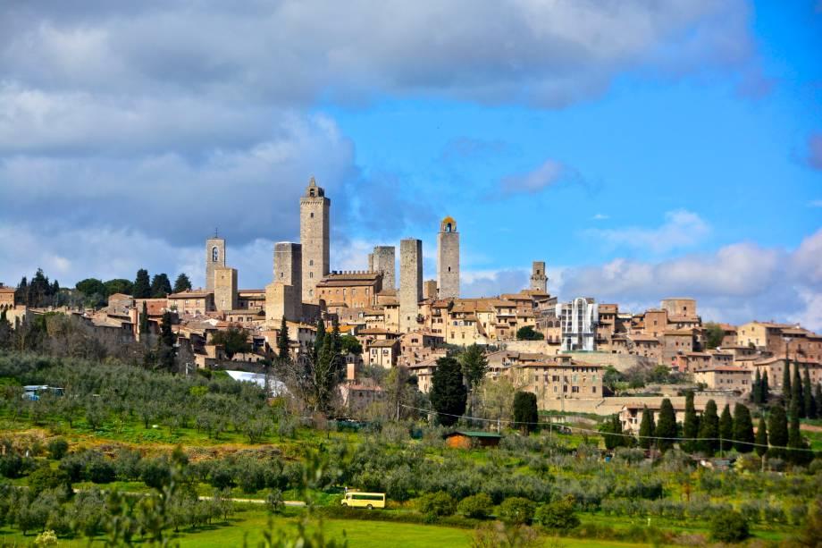 """Desenvolvida desde o século 10 sobre um monte de 334 metros de altura, com imbatível vista para o Vale de Elsa, a vila de San Giminiano é uma das preciosidades da Toscana, na <a href=""""http://viajeaqui.abril.com.br/paises/italia"""" rel=""""Itália"""" target=""""_blank"""">Itália</a>                        <a href=""""http://viajeaqui.abril.com.br/materias/fotos-de-toscana-italia-sol-de-verao"""" rel=""""+Um roteiro de vinhos, história e arte pela Toscana, na Itália"""" target=""""_blank"""">+Um roteiro de vinhos, história e arte pela Toscana, na Itália</a>                        <a href=""""http://viajeaqui.abril.com.br/materias/fotos-de-vilas-medievais-da-italia"""" rel=""""+As 15 vilas medievais mais charmosas (e minúsculas) da Itália"""" target=""""_blank"""">+As 15 vilas medievais mais charmosas (e minúsculas) da Itália</a>"""