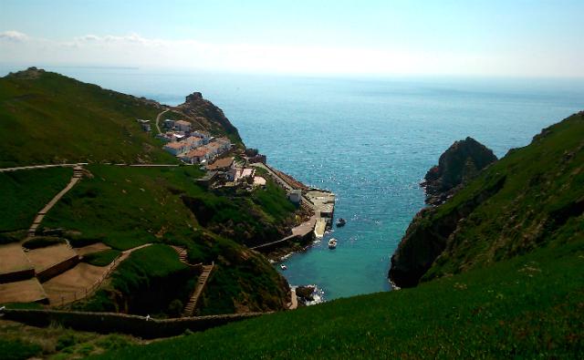 Um caminho bem marcado leva da praia ao topo da ilha, onde fica o farol, e de onde dá para ver as melhores paisagens