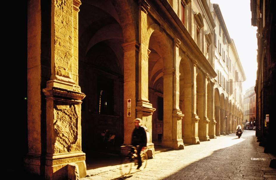 """A Via Zamboni, na <a href=""""http://viajeaqui.abril.com.br/estabelecimentos/italia-bolonha-atracao-universita-di-bologna"""" rel=""""universitária"""" target=""""_blank"""">universitária</a> e calórica Bolonha"""