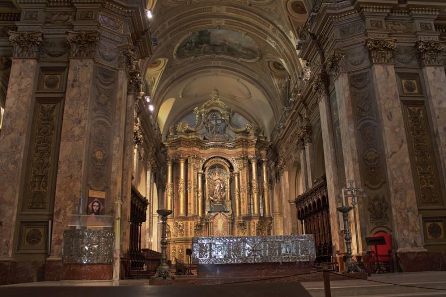 A Catedral de Buenos Aires fica na Plaza de Mayo, ao lado dos outros edifícios históricos que compõem o cenário do local