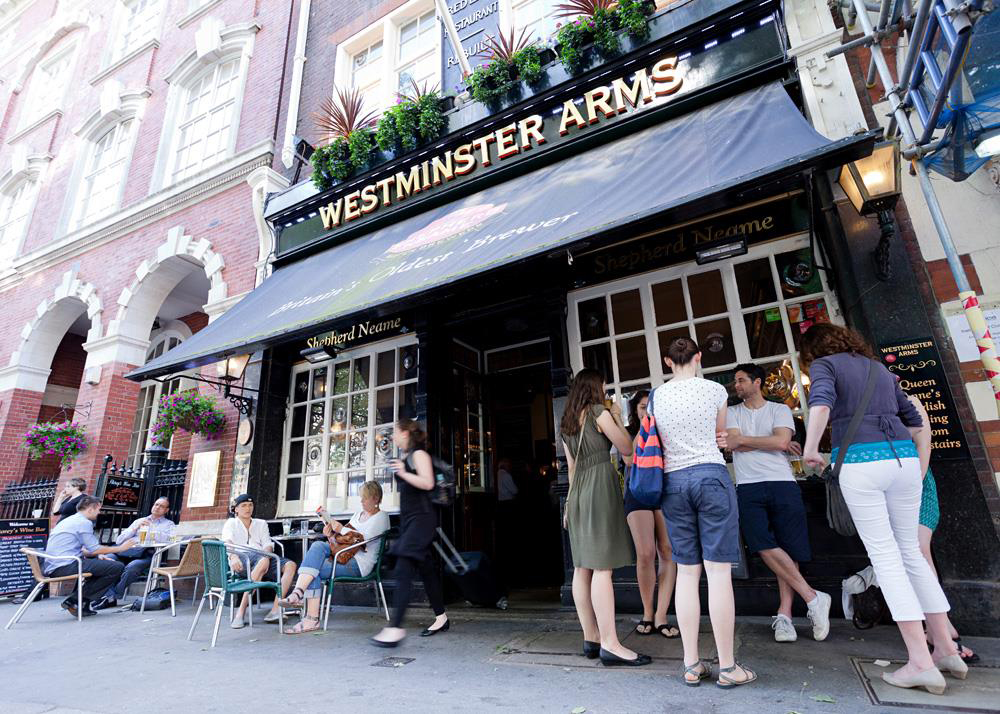 O Westminster Arms, pub fundado em 1913 em uma ruela atrás da Abadia de Westminster, está no roteiro