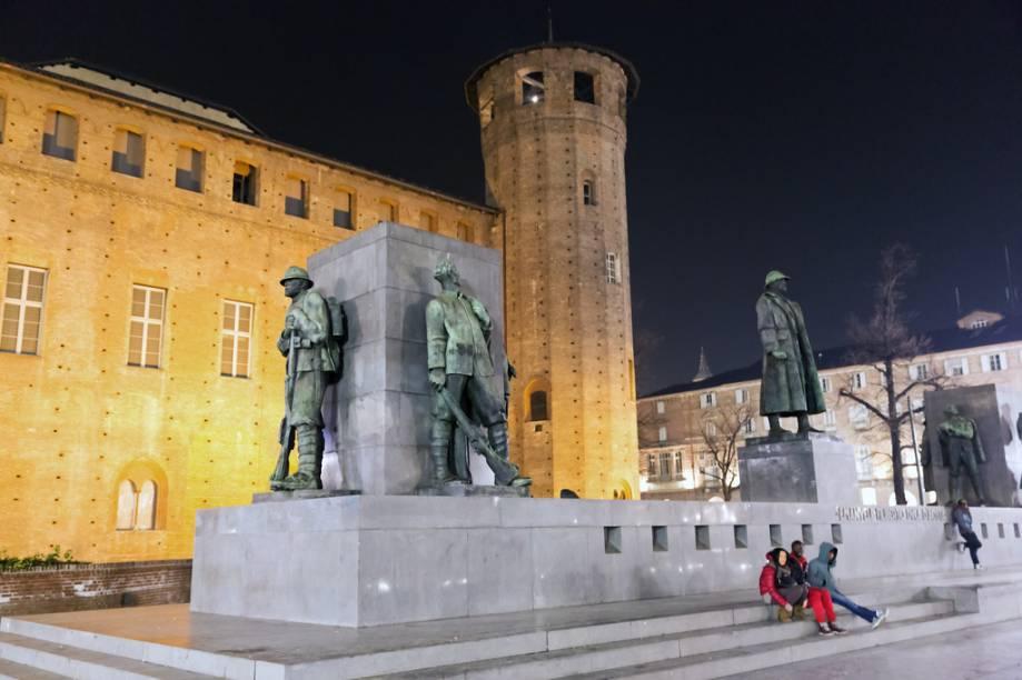 Em contraposição à sua fachada barroca, o Palazzo Madama possui um aspecto de castelo na sua parte dos fundos, onde fica o monumento a Emanuele Filberto, duque dAosta