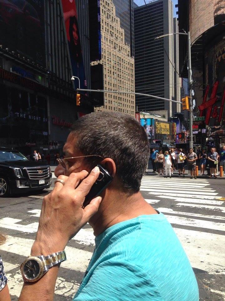 Zeca Pagodinho é um cara das antigas e usa telefone para falar ao invés de perder tempo no Instagram. (Foto: Reprodução/ Facebook)