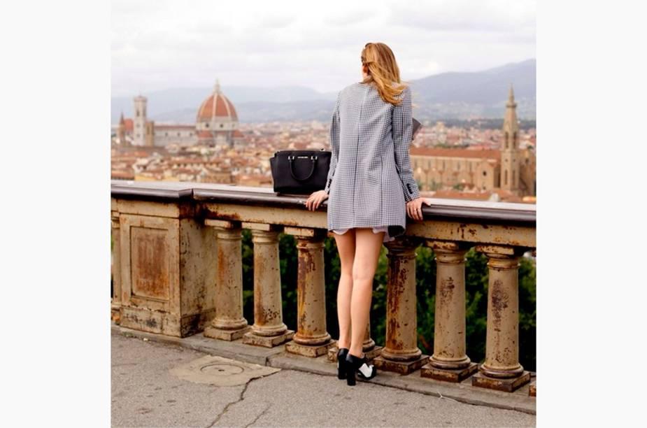 """<a href=""""http://instagram.com/chiaraferragni"""" rel=""""@chiaraferragni"""" target=""""_blank""""><strong>@chiaraferragni</strong></a>            Blogueira e modelo, a """"It Girl"""" Chiara Ferragni usa seu perfil no Instagram para postar dicas de moda e viagens. As fotos de suas viagens são sempre bem <em>fashion</em>: Chiara aparece em belas paisagens sempre bem vestida."""