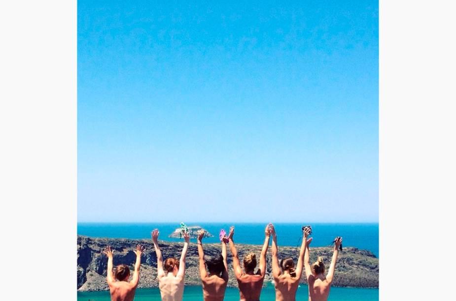 """<a href=""""http://instagram.com/the_topless_tour"""" rel=""""@the_topless_tour"""" target=""""_blank""""><strong>@the_topless_tour</strong></a>            Turistas belgas tiraram uma foto para o #TheToplessTour em Santorini, na Grécia"""