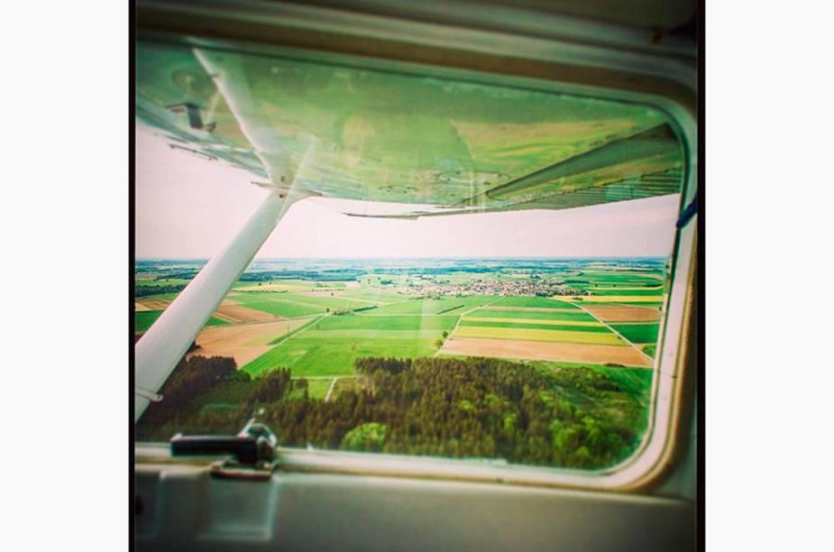 """<a href=""""http://instagram.com/bkindler"""" rel=""""@bkindler """" target=""""_blank""""><strong>@bkindler </strong></a>            O piloto Björn Kindler literalmente registra suas viagens. Ele não tem medo de manusear a câmera nas alturas, enquanto pilota. Além de cliques do alto, ele também tira belas fotos (terrestres) dos destinos por onde passa."""