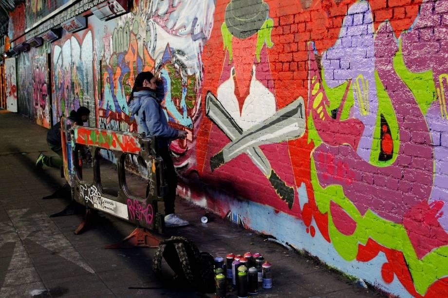 <strong>3. Diferentes artistas, diferentes técnicas</strong>        E sabe o que tornou a arte de rua e o graffiti tão especiais em Londres? É a sua imensa capacidade de apresentar, em um mesmo espaço, não só artistas de diferentes nacionalidades e culturas, mas, sim, de técnicas totalmente distintas. Em outras palavras, os artistas não só apresentam as suas novidades para o público, como também desenvolvem em conjunto trabalhos e formam de sempre aprimorarem a sua expressão artística