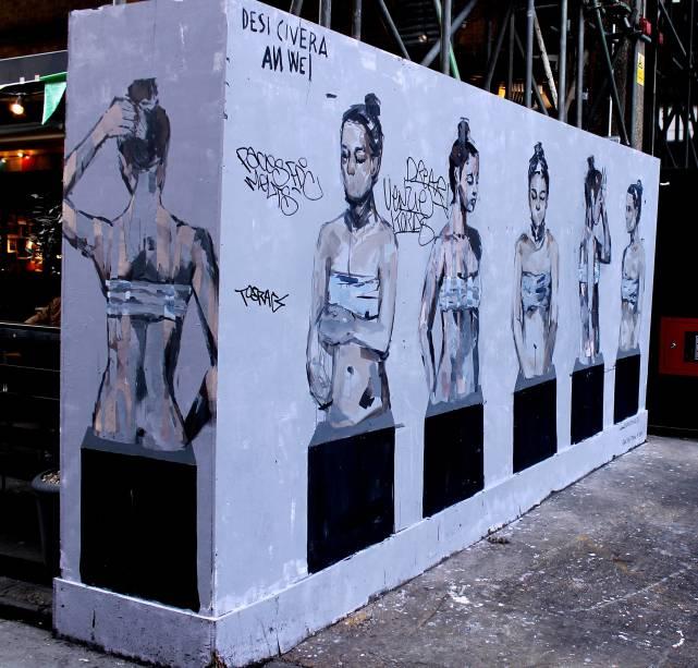 <strong>17. Região de Brick Lane</strong>Além do Leake Street Graffiti Tunnel, outro ponto obrigatório para quem está em busca da arte de rua em Londres é a região de Brick Lane e algumas áreas alternativas de East End, principalmente essa última, que evoluiu ao deixar de ter favelas vitorianas para ser uma das localidades que apresentam as últimas tendências na área de moda, comportamento, gastronomia e cultura