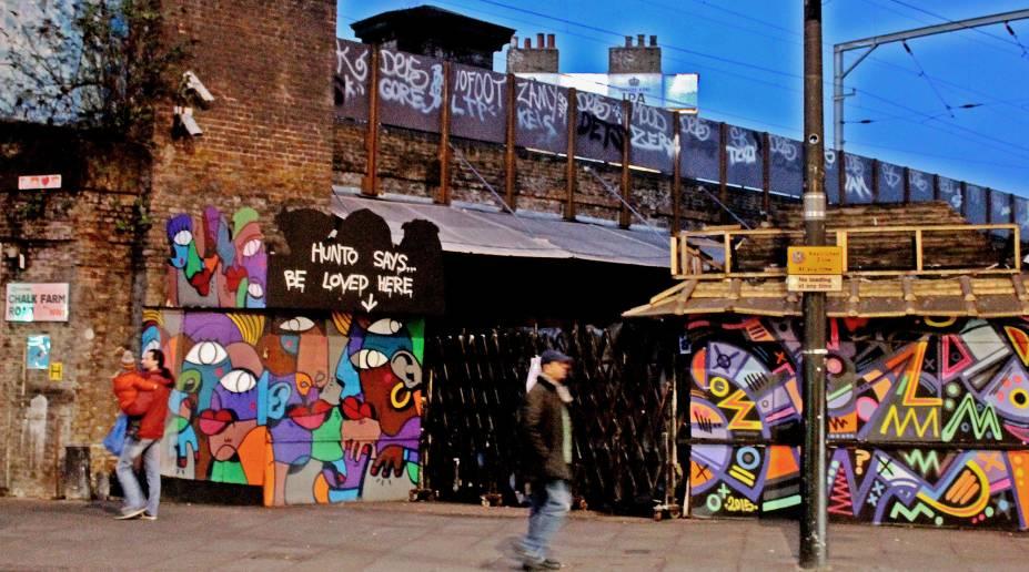 <strong>9. Bairro Camden Town</strong>Quer descobrir novos graffitis, além daqueles expostos em Brick Lane e Waterloo? A sugestão é ir ao bairro Camden Town, que, além de ter um comércio muito forte, começa a se estabelecer como um cenário cultural bastante vibrante. Esse graffiti fica bem próximo ao Camden Lock Market, uma espécie de feira / mercado ideal para degustar comidas e realizar compras