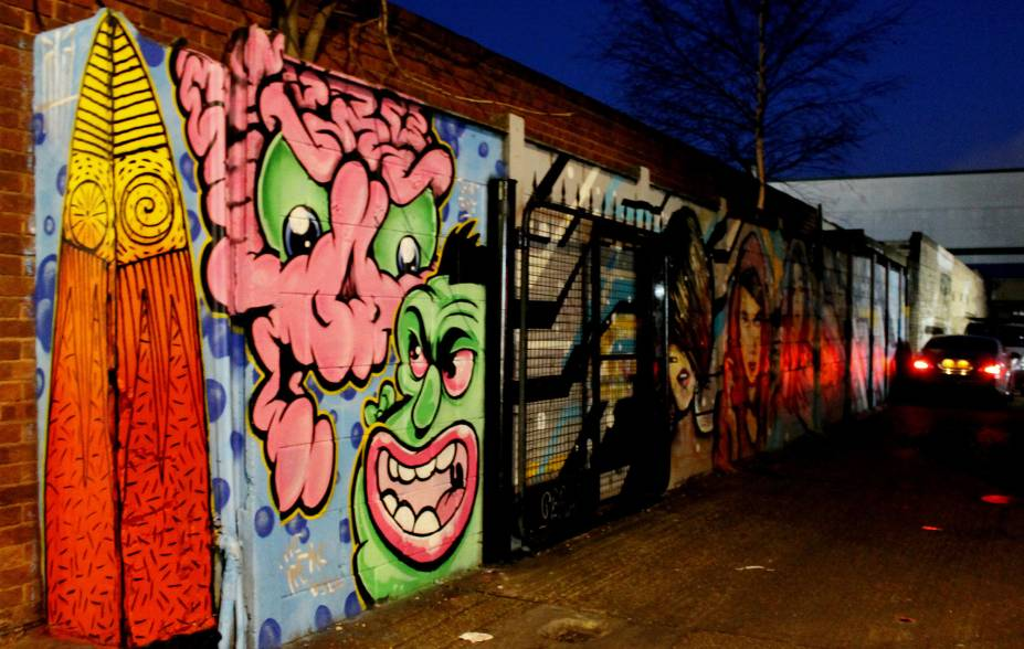 <strong>20. Cambridge Heath Road</strong>Saia da zona de conforto! Por mais que a cidade tenha pontos fixos e famosos em que você pode encontrar a arte de rua, a cidade guarda muitas surpresas, em momentos que você jamais imaginaria. É o caso desse graffiti, localizado ao lado de um espaço cultural em Cambridge Heath Road