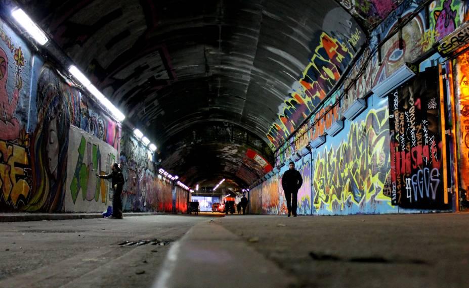 <strong>13. Leake Street Graffiti Tunnel</strong>O Leake Street Graffiti Tunnel é um local autorizado para os artistas produzirem arte de rua e/ou graffiti. Além disso, o espaço também abriga evento culturais periodicamente. Essa área ganhou referência, em 2008, quando o reconhecido artista britânico Banksy fez uma intervenção no espaço por intermédio da idealização do Festival Can (can, significa, em inglês, a latinha de spray). O nome do evento era uma referência ao Festival de Cinema de Cannes