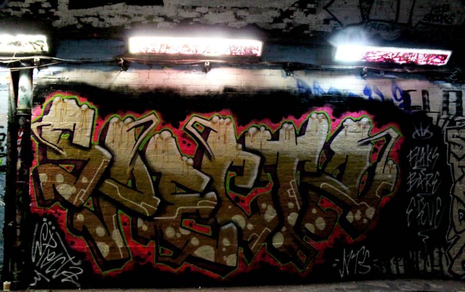 <strong>10. Leake Street Graffiti Tunnel, de NTS</strong>Sabia que graffiti e arte de rua não são palavras sinônimas? Graffiti é uma intervenção feita por intermédio de tipos de letras e tags. Já a arte de rua ou street art é uma manifestação artística que pode ser desenvolvida com diversas ferramentas, desde o estêncil até instalações, desenhos em 3D, entre outras. Nessa imagem, você observa um graffiti instalado no mais extenso local de arte de rua da cidade londrina, o Leake Street Graffiti Tunnel, de autoria de NTS