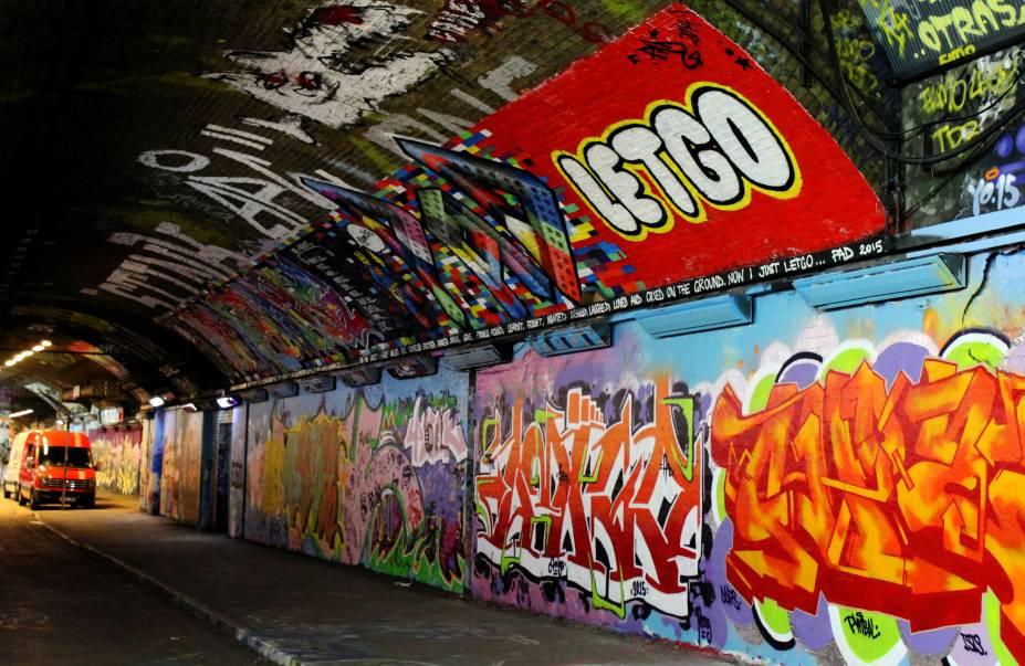 """<strong>14. """"Let go""""</strong>O interessante é que, após esse movimento de arte de rua ganhar espaço no túnel e intensa divulgação local, Bansky começou a ser valorizado pelo seu trabalho. Hoje, quando o artista produz uma obra em um espaço, os donos dos imóveis protegem a área. Dessa forma, além de atrair turistas e pessoas interessadas em arte de rua, o valor do imóvel aumenta em cerca de 60 a 70%"""