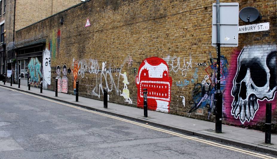 <strong>6. Rua cheia de grafites de vários artistas </strong>Nessa rua, há diversas artes de rua de conhecidos artistas. Por isso, não deixe de percorrê-la cuidadosamente e com bastante atenção durante o seu trajeto. É importante sempre alternar as calçadas porque é provável que você encontre trabalho nos dois lados. Ah, se tiver um tempinho, não deixe também de entrar no brechó Blitz, que possui um café formidável. Aproveite para descansar!