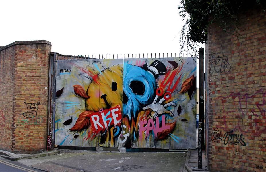 """<strong>19. À procura da """"obra perfeita""""</strong>Não se assuste se, durante sua busca pela street art, você se deparar com várias pessoas ao seu redor também à procura da """"obra perfeita"""". A cidade se tornou um celeiro mundial de grafiteiros e/ou artistas. E, como poderá perceber, essa linguagem artística é abraçada pelo comércio local que estimula essa espécie de """"turismo urbano"""" pela própria cidade e pelo universo cultural – não só londrino, como também de outros países que apontam Londres como uma das capitais mais importantes para a arte de rua mundial"""