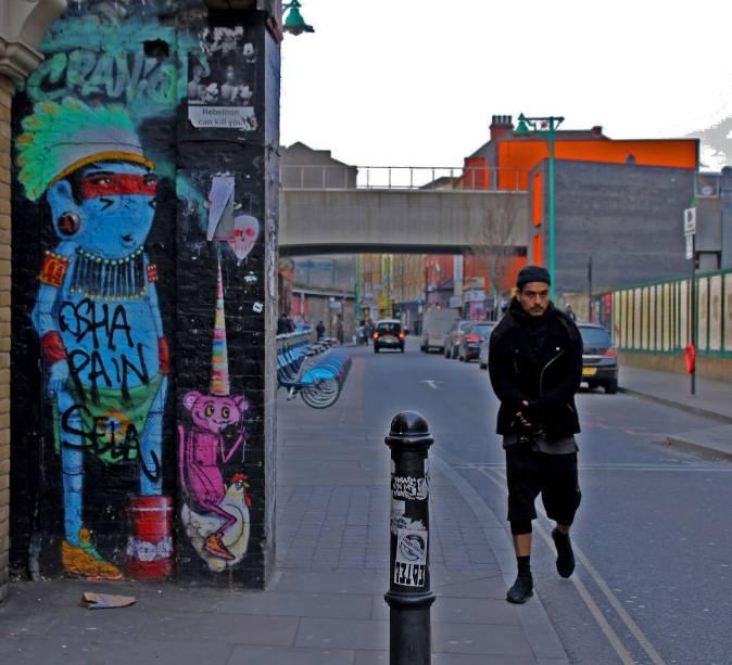 <strong>2. Arte de Cranio</strong>        O interessante em Londres é que a arte de rua anda, lado a lado, com outras atividades culturais e ou comerciais. Não só na questão de ser inspirada por movimentos sociais e notícias locais, como também devido à localização em pontos estratégicos. Esse é o caso da arte do artista Cranio, que está ao lado de um dos brechós de grande referência na cidade. Número latitude no Google Maps: