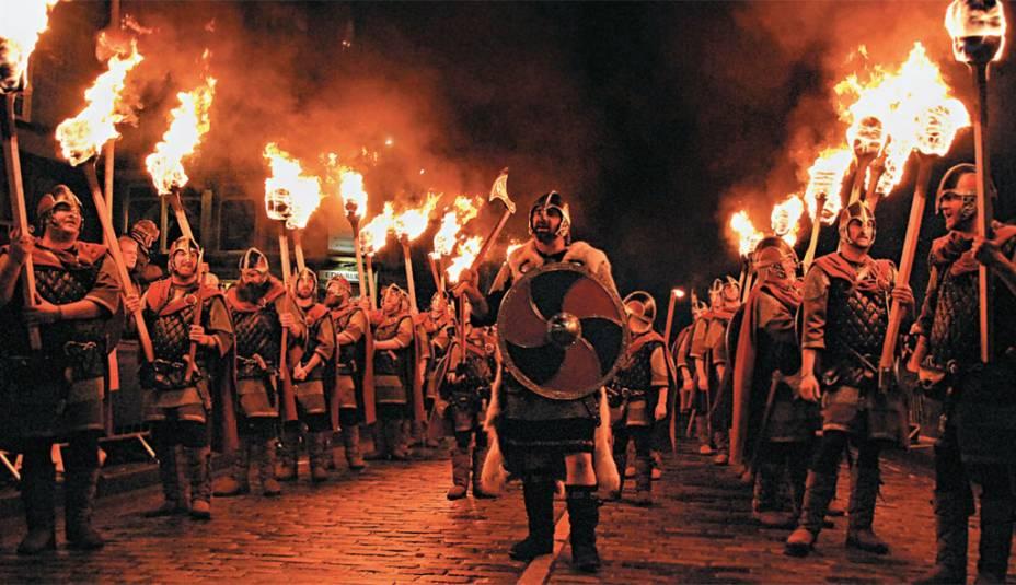 """As comemorações começam no dia 30 com uma procissão de homens vestidos de viking seguidospela multidão, que empunha tochas. Informações sobre a virada no site <a href=""""http://www.edinburghshogmanay.org"""" rel=""""www.edinburghshogmanay.org"""" target=""""_blank"""">www.edinburghshogmanay.org</a>"""