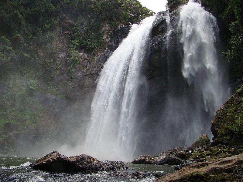 Em meio aos arrozais, a Cachoeira Véu de Noiva, em Doutor Pedrinho (foto: Dpedrinho/Wikimedia Commons)