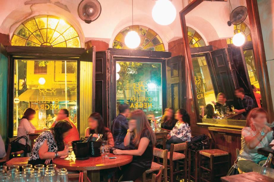 """<strong><a href=""""http://viajeaqui.abril.com.br/estabelecimentos/br-rs-porto-alegre-restaurante-champanharia-ovelha-negra"""" rel=""""Champanharia Ovelha Negra"""" target=""""_self"""">Champanharia Ovelha Negra</a></strong> – <a href=""""http://viajeaqui.abril.com.br/cidades/br-rs-porto-alegre"""" rel=""""Porto Alegre"""" target=""""_self"""">Porto Alegre</a> (<a href=""""http://viajeaqui.abril.com.br/estados/br-rio-grande-do-sul"""" rel=""""Rio Grande do Sul"""" target=""""_self"""">Rio Grande do Sul</a>)<br /><br />Apesar de ser uma seleção de wine bars, a casa especializada em espumantes não poderia ficar de fora da lista. Inaugurada em 2003 em <a href=""""http://viajeaqui.abril.com.br/cidades/br-rs-porto-alegre"""" rel=""""Porto Alegre"""" target=""""_self"""">Porto Alegre</a>, uma das capitais mais geladas da estação, é a champanharia pioneira no Brasil. O simpático casarão onde se instalou no Centro Histórico foi construído na década de 20 com janelões em arco e pé-direito alto. A carta lista 60 rótulos de espumantes (champagne, Prosecco, Moscatel), com grande incidência de produtores da Serra Gaúcha, como a Cave Geisse e a Dal Pizzol. Escritas num quadro negro, as opções de petiscos vão de bruschettas a sanduíches<br /><strong>Onde: </strong>Rua Duque de Caxias, 690, Centro – <strong>Tel.</strong> (51) 3061-7021<br /><strong>Horário de funcionamento:</strong> segunda a sábado, das 18h às 23h30<br />"""