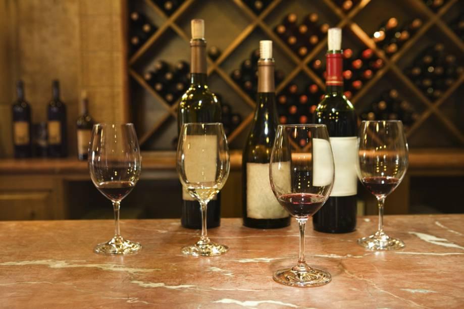 """<strong><a href=""""http://viajeaqui.abril.com.br/estabelecimentos/br-ba-salvador-restaurante-bacco-champagneria-e-wine-bar"""" rel=""""Bacco Champagneria e Wine Bar"""" target=""""_self"""">Bacco Champagneria e Wine Bar</a></strong> – <a href=""""http://viajeaqui.abril.com.br/cidades/br-ba-salvador"""" rel=""""Salvador"""" target=""""_self"""">Salvador</a> (<a href=""""http://viajeaqui.abril.com.br/estados/br-bahia"""" rel=""""Bahia"""" target=""""_self"""">Bahia</a>)<br />    <br />    Afastada da zona mais turística da cidade, ocupa um amplo espaço no Salvador Shopping. A carta traz 80 rótulos de vinho, mas a maioria prefere mesmo as oito garrafas que ficam armazenadas em uma máquina. Trocadas constantemente, o cliente opta pelo volume a ser bebido – 25, 75 ou 150 ml, possibilitando experimentar um maior número de vinhos. O espaguete com camarões e a tábua de queijo brie com geleia de frutas vermelhas são ótimas opções para harmonizar com diferentes rótulos. Tem boa saída o chileno Winemaker 2009, um assemblage de Cabernet Sauvignon, Merlot e Carmenére<br />    <strong>Onde:</strong> Avenida Tancredo Neves, 2915, Salvador Shopping, Caminho das Árvores – <strong>Tel.</strong> (71) 3023-0518<br />    <strong>Horário de funcionamento:</strong> segunda a domingo, das 12h às 22h<br />"""
