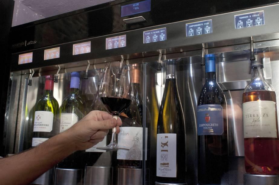 """<strong><a href=""""http://viajeaqui.abril.com.br/estabelecimentos/br-sp-sao-paulo-restaurante-divine-wine-bar"""" rel=""""Divine Wine Bar"""" target=""""_self"""">Divine Wine Bar</a></strong> – <a href=""""http://viajeaqui.abril.com.br/cidades/br-sp-sao-paulo"""" rel=""""São Paulo"""" target=""""_self"""">São Paulo</a> (SP)<br />    <br />    Instalado abaixo do nível da rua, o pequeno salão com paredes de pedra e adega climatizada suspensa só não é mais intimista devido ao volume das caixas de som, um pouco acima do ideal. Privilegiando rótulos de vinícolas butiques – que praticamente garante a boa procedência da bebida, a casa tem uma boa oferta de vinhos em taça, além das garrafas. Oito rótulos ficam dentro da Enomatic, uma máquina que impede a oxidação da bebida. Dali, os clientes podem provar taças de 25, 75 ou 150 ml. Para acompanhar, uma insinuante seleção de petiscos com a burrata com raspas de limão siciliano e a terrine tricolor de tomate seco e pesto com folhas de parmesão<br />    <strong>Onde:</strong> Alameda Itu, 1884, Cerqueira César – <strong>Tel.</strong> 11/3063-3961<br />    <strong>Horário de funcionamento: </strong>terça à sábado, das 19h à 1h<br />"""