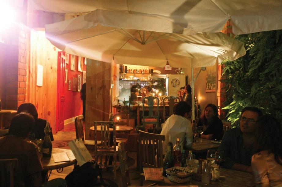 """<strong><a href=""""http://viajeaqui.abril.com.br/estabelecimentos/br-sp-sao-paulo-restaurante-sacra-rolha"""" rel=""""Sacra Rolha"""" target=""""_self"""">Sacra Rolha</a></strong> – <a href=""""http://viajeaqui.abril.com.br/cidades/br-sp-sao-paulo"""" rel=""""São Paulo"""" target=""""_self"""">São Paulo</a> (SP)<br />    <br />    Em meio a efervescência de uma rua repleta de bares frequentados por universitários, surge como um oásis no deserto esse wine bar, cuja entrada remete a uma caixa de vinho. Casais em um programinha mais romântico ou grupos de amigos ávidos para botar a conversa buscam o local para provar petiscos e interessantes pratos do cardápio, na companhia de uma bem fornida carta de vinhos com mais de 60 rótulos com boa relação custo/benefício. A casa tem muitas opções de espumantes e vinhos em taça<br />    <strong>Onde:</strong> Rua Rio Grande, 304, Vila Mariana – <strong>Tel.</strong> (11) 4304-0300<br />    <strong>Horário de funcionamento: </strong>terça a sexta, das 11 à 11h. Sábado e domingo, das 14h à 1h<br />"""