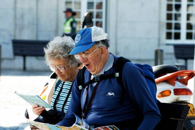 casal-de-idosos-observam-mapas-em-cascais-portugal