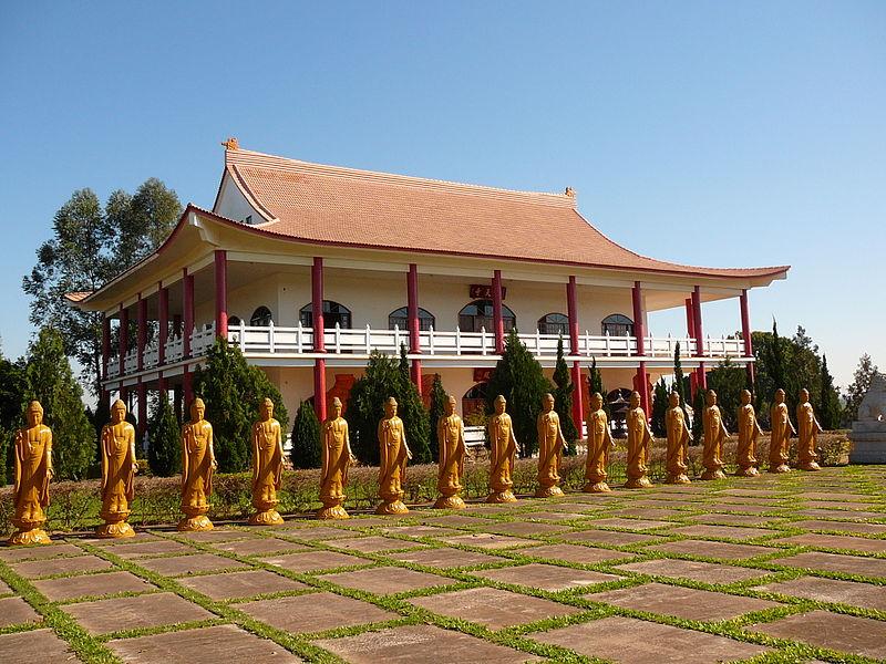 Momentos de contemplação e silêncio no templo budista