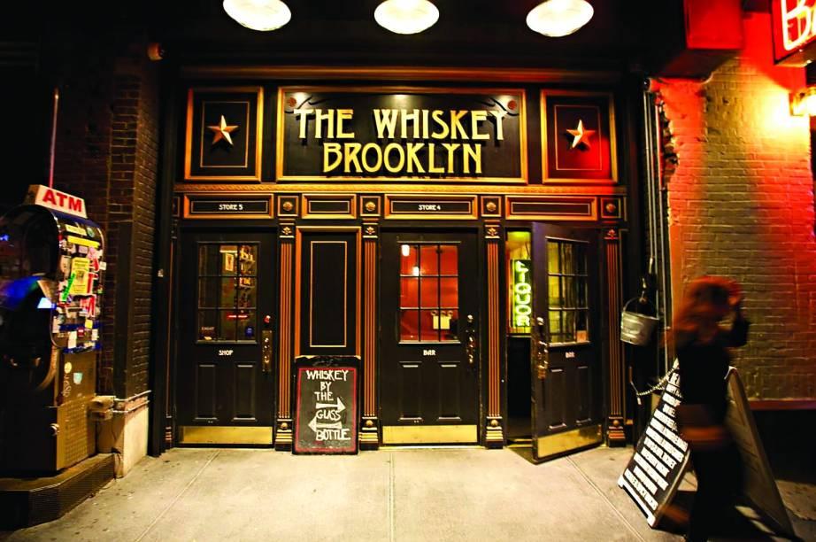 """""""Vale cruzar o rio pra ter uma vista diferente de <a href=""""http://viagemeturismo.abril.com.br/cidades/nova-york-4/"""" target=""""_blank"""">NY</a> no East River State Park e caminhar no sentido Franklin St. e Manhattan Ave. Você encontra restaurantes, bares, lojas-conceito, brechós e, se for louco por whisky, passa no <a href=""""http://whiskeybrooklyn.com/"""" target=""""_blank"""">The Whiskey Brooklyn</a>, com mais de 100 (eu disse 100!) opções."""""""