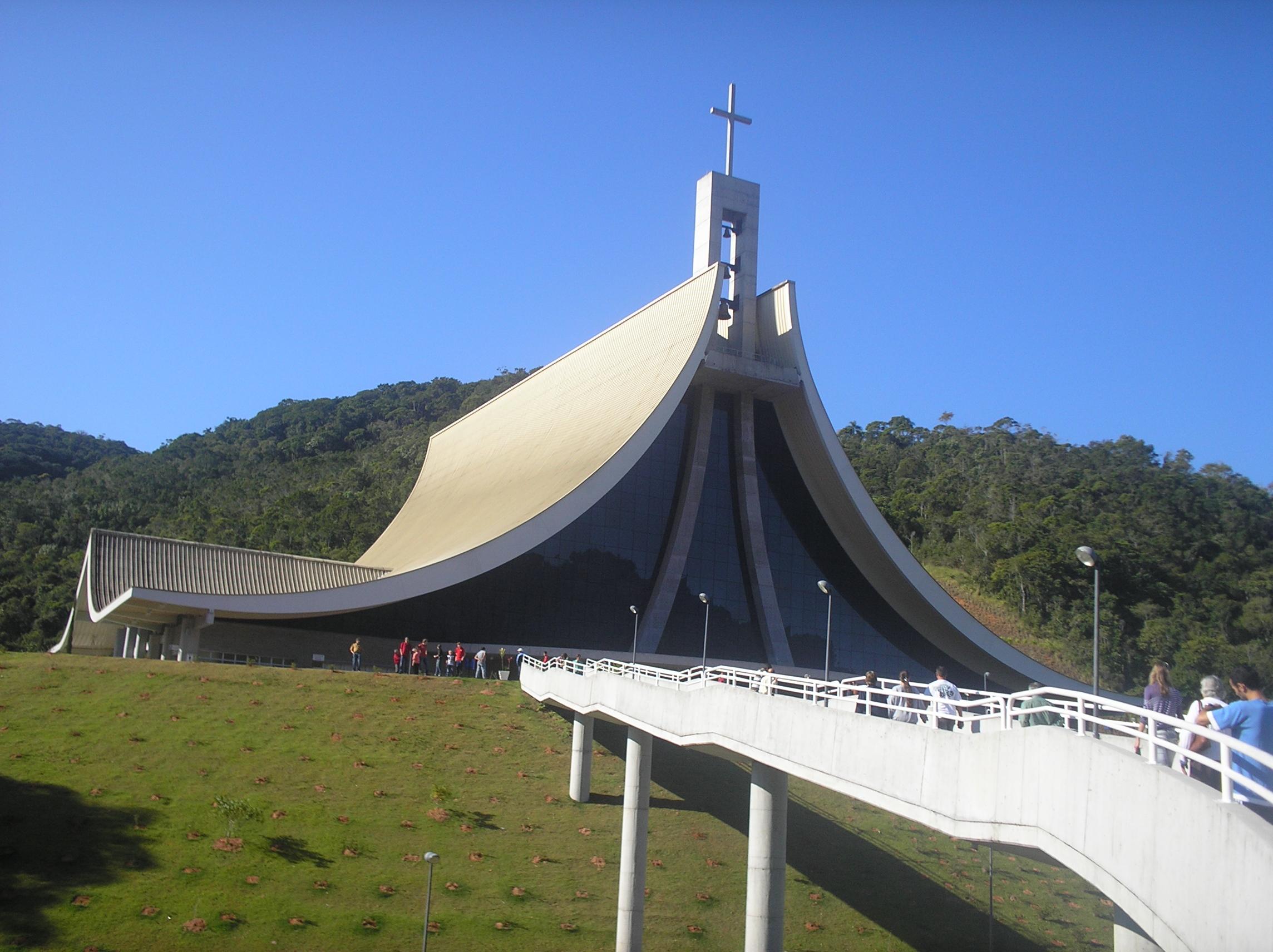 O formato do chapéu de freira é a marca registrada do Santuário Madre Paulina (foto: Jessé Rocha Tavares/Wikimedia Commons)
