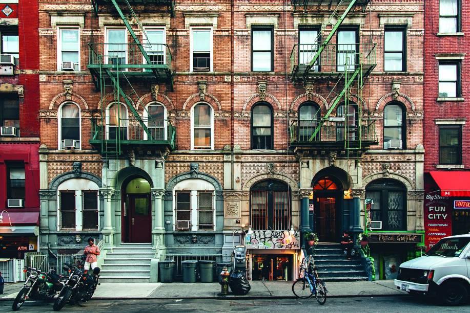 """""""O Lower East Side é o berço do movimento da contracultura na cidade. O filme Kids foi rodado na St. Marks Place, para se ter uma ideia. Apesar do boom imobiliário, você ainda encontra galerias de arte incríveis, restaurantes asiáticos ao lado de pizzarias, loja de artigos geek junto de estúdios de tatuagem e o show do <a href=""""http://stomponline.com/"""" target=""""_blank"""">Stomp</a>, claro."""""""